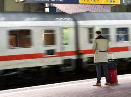 Mann zu leichtsinnig an der Bahnsteigkante – IC trennt ihm ein Bein ab