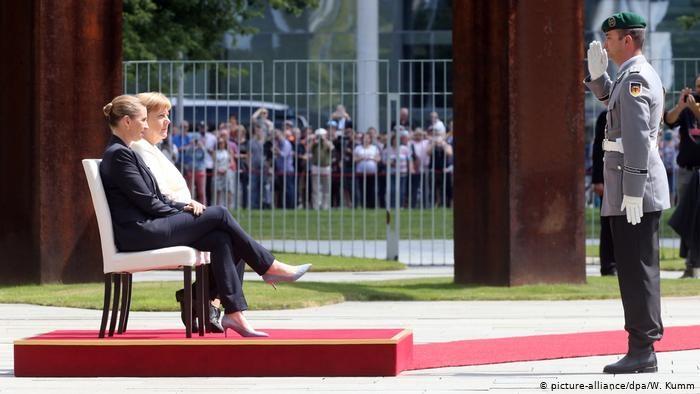 Merkel und das Zittern: Hymne im Sitzen